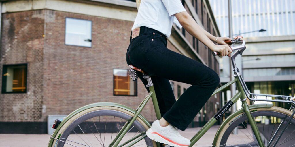 Vrouw op groene Veloretti fiets