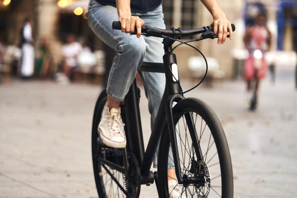 Vrouw die naar werk gaat op een lease fiets van Fietslease Holland