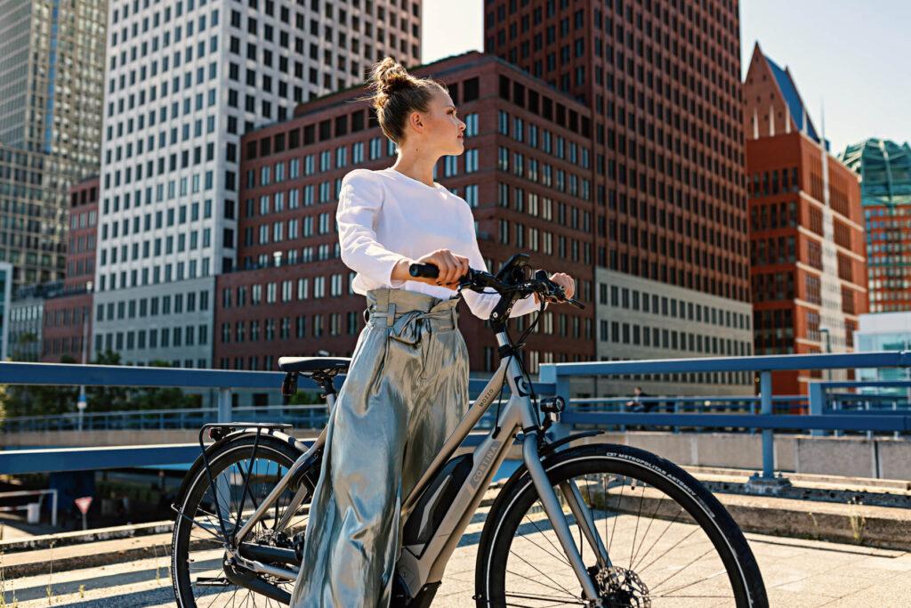 Vrouw op een E-Cortina bike van Fietslease Holland